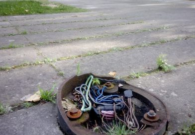 Candeeiro quebrado deixa fios eléctricos a descoberto